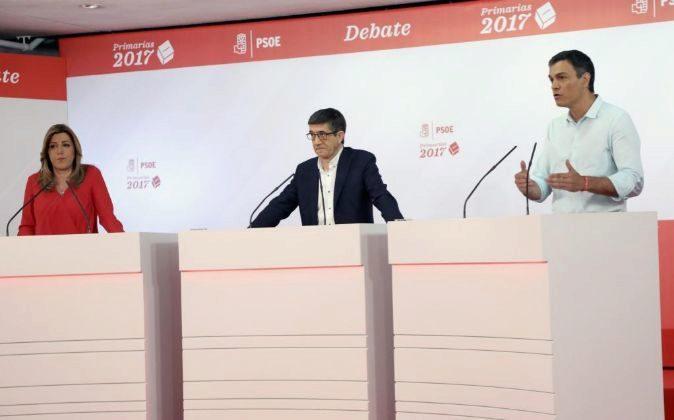 Los candidatos a la Secretaría General del PSOE, Susana Díaz (i),...