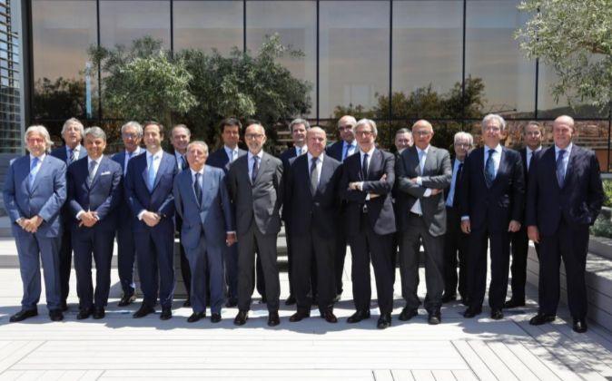 Los asistentes a la reunión de Puente Aéreo con el ministro de...