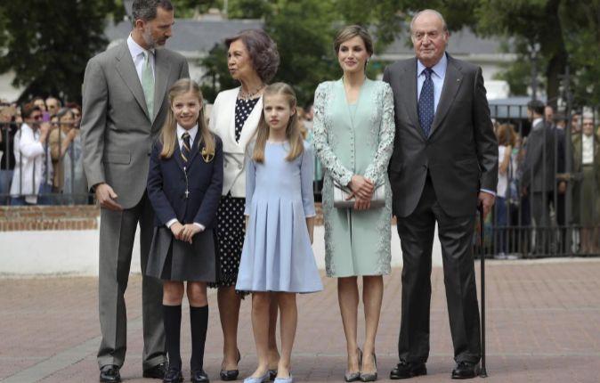 La infanta Sofía, junto a sus padres los Reyes Felipe y Letizia, su...