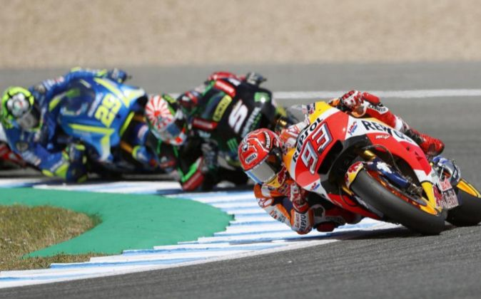Marc Márquez por delante de Johan Zarco y Adrea Iannone durante el...