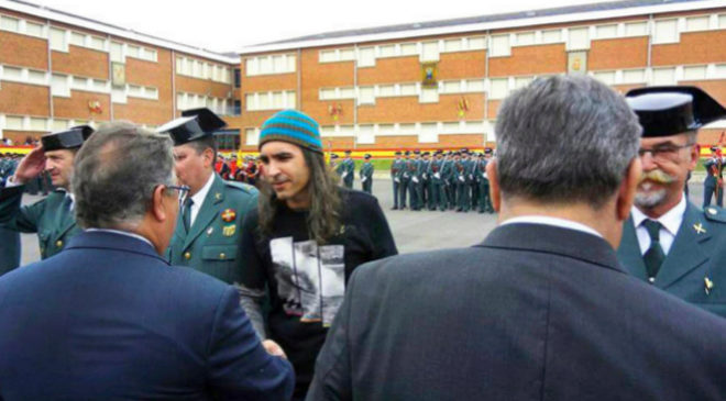 La Guardia Civil condecora a Chema Alonso.