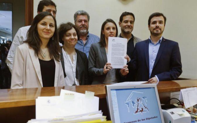 La portavoz de Unidos Podemos en el Congreso, Irene Montero (3d); el...