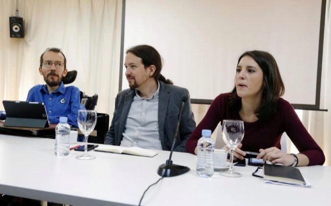 Los líderes de Podemos, Pablo Iglesias (c), Pablo Echenique e Irene...