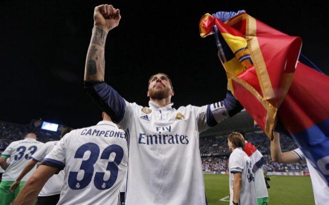 El defensa del Real Madrid Sergio Ramos celebra la consecución del...