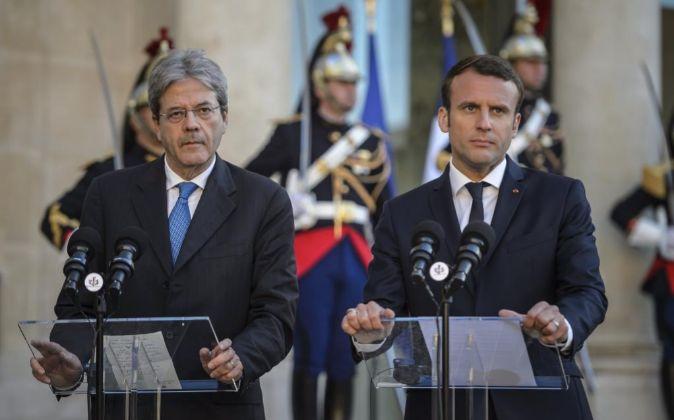 El presidente de Francia Emmanuel Macron (d) y el primer ministro...