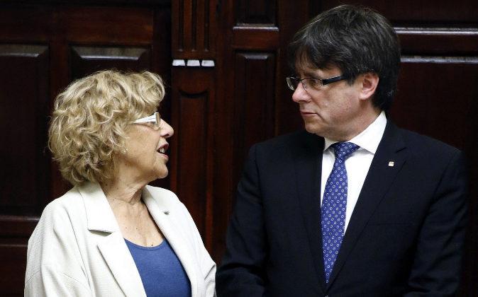 La alcaldesa de Madrid, Manuela Carmena, junto al presidente de la...