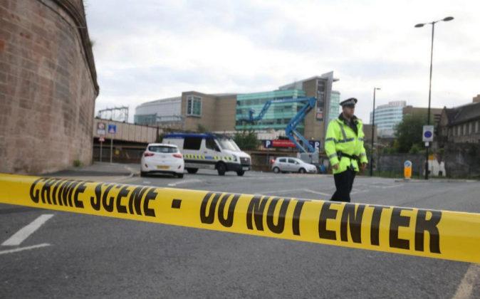 Policías permanecen cerca al estadio Manchester Arena tras dos...