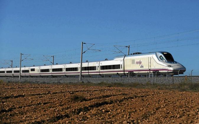 Ave entre Madrid y Sevilla a su paso por Manzaneque (Toledo).
