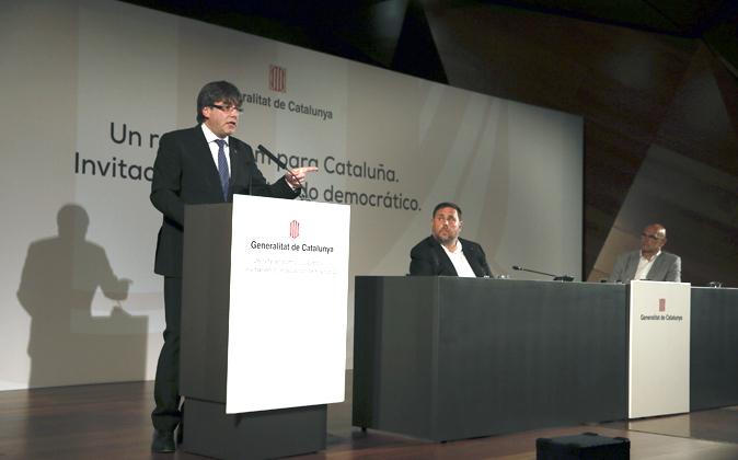 El presidente de la Generalitat, Carles Puigdemont, en presencia del...