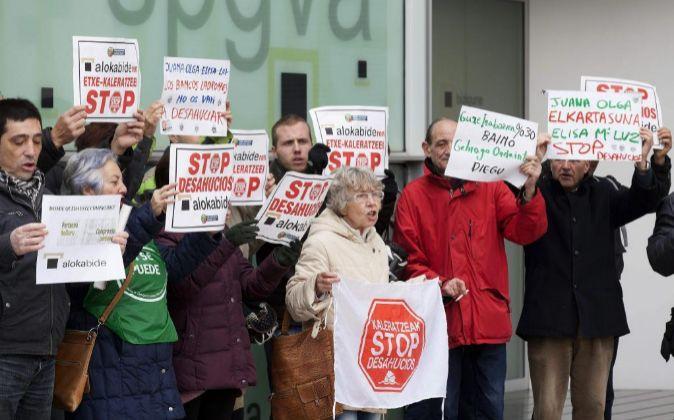 Miembros de las plataformas Stop Desahucios de Álava, Bizkaia y...