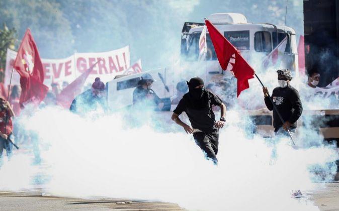 Manifestantes durante su enfrentamiento con policías en Brasil.