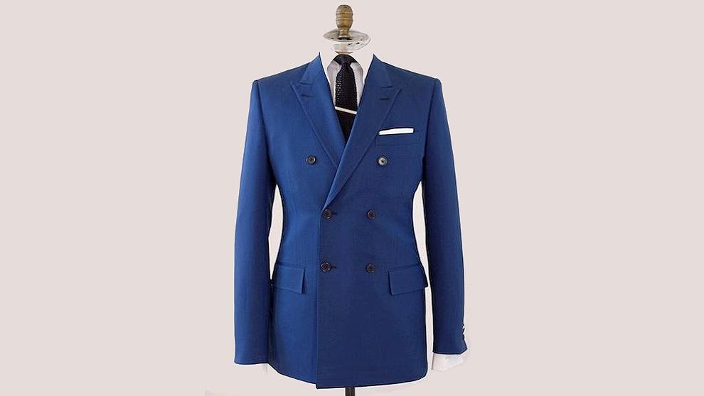 6d02ae48ad683 Un buen traje azul cruzado es siempre elegante y versátil.