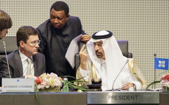 El ministro saudí de Energía e Industria, Khalid A. Al-Falih (d), y...