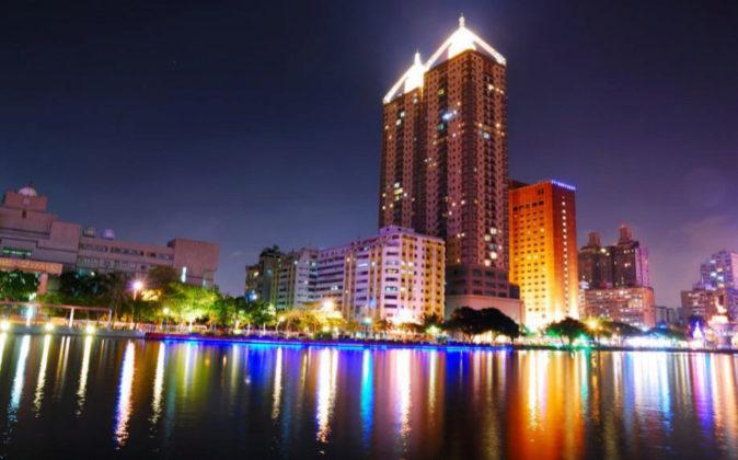 Vista nocturna de la ciudad de Kaohsiung, localizada en el sur de la...