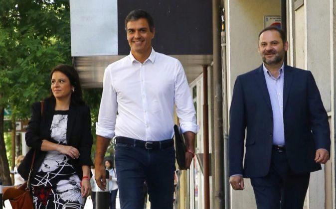 Pedro Sánchez, acompañado por los diputados Adriana Lastra y José...