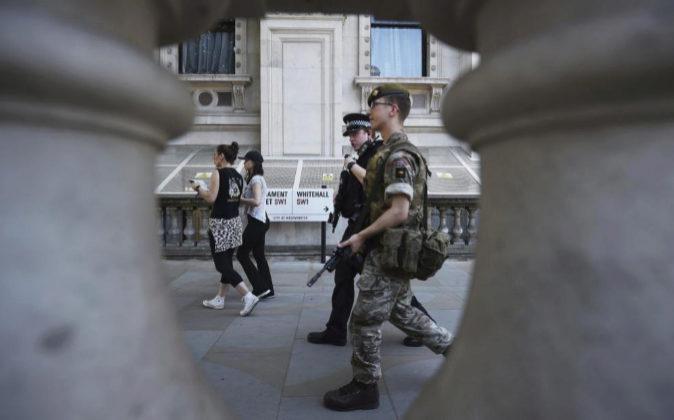 Un soldado y un policía británico vigilan ayer los alrededores del...