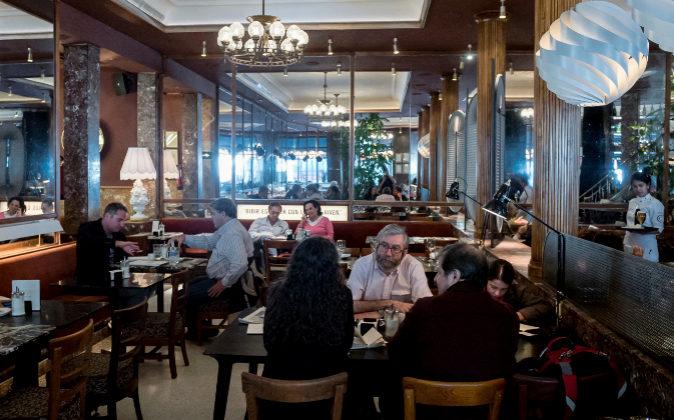 Imagen del renovado Café Comercial, al que siguen acudiendo...