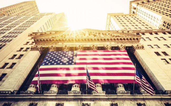 Fachada de la bandera de EEUU en Wall Street.