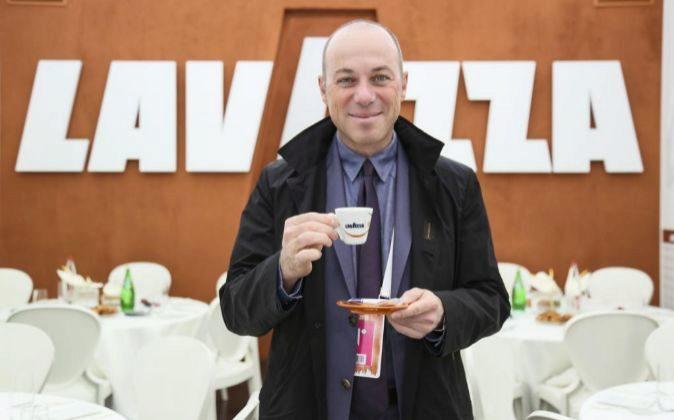 Giuseppe Lavazza degusta uno de los cafés del grupo, implicado a...