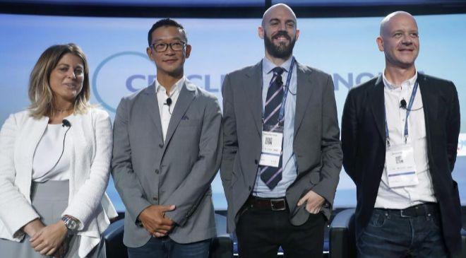 El fundador y CEO de Cabify, Juan de Antonio (c), el director asociado...