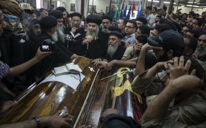 Familiares lloran durante el funeral de las víctimas de un atentado...
