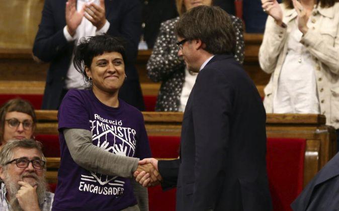El presidente de la Generalitat, Carles Puigdemont, saluda a la...