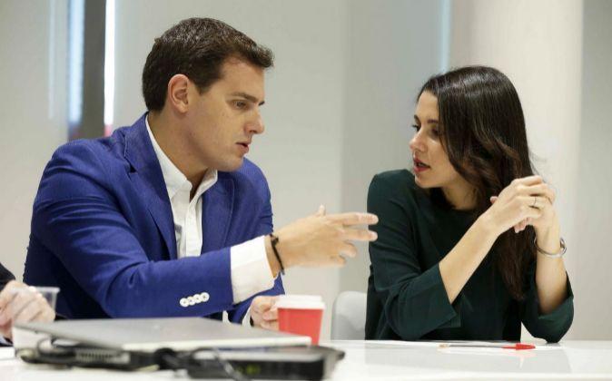 El presidente de Ciudadanos, Albert Rivera, conversa con  Inés...