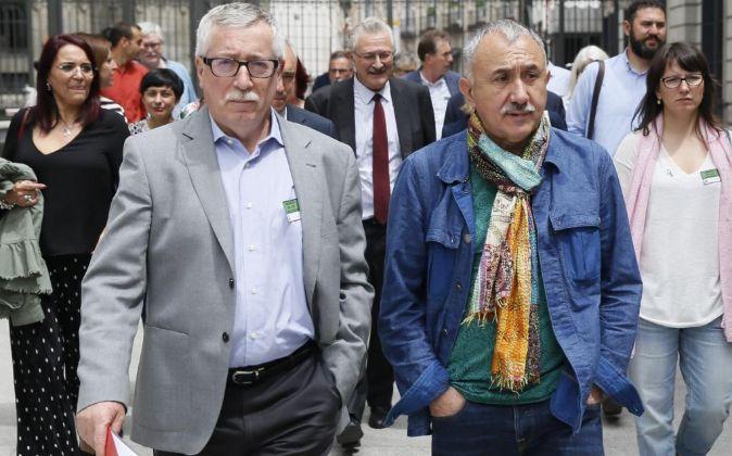 Los secretarios generales, de CCOO, Ignacio Fernández Toxo (i), y de...