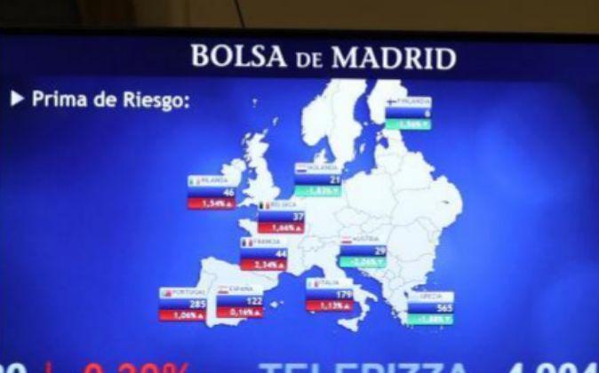 Imagen de esta mañana del monitor de la Bolsa de Madrid con la...