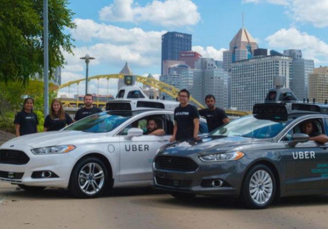 Dos vehículos de la empresa de VTC Uber, en una imagen de archivo.