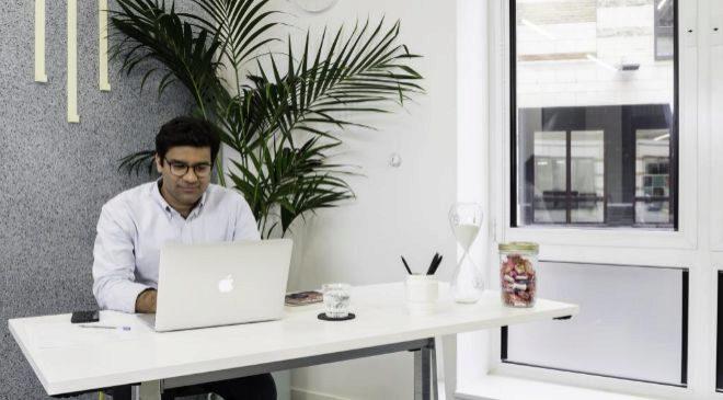 Hostmaker, fundada por Nakul Sharma (arriba), gestiona más de mil...