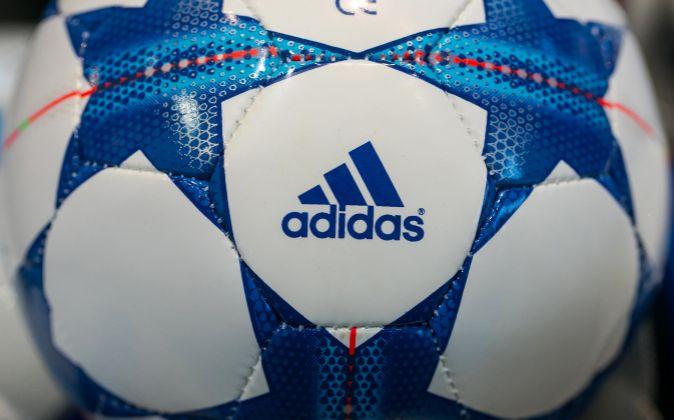 Balón de Adidas.