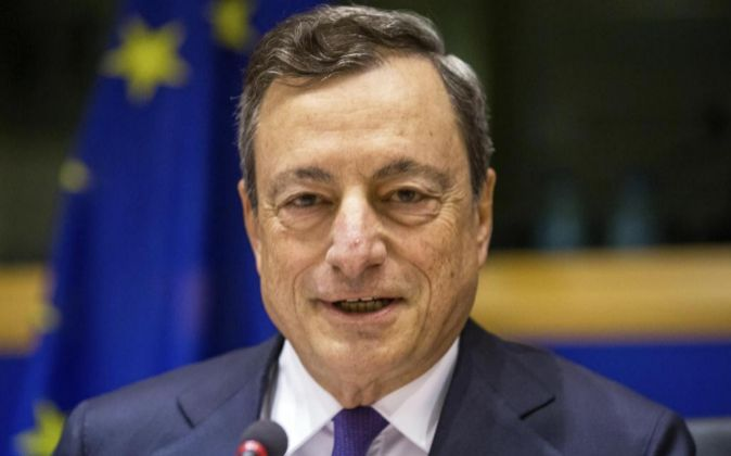 El presidente del Banco Central Europeo (BCE), Mario Draghi, asiste a...