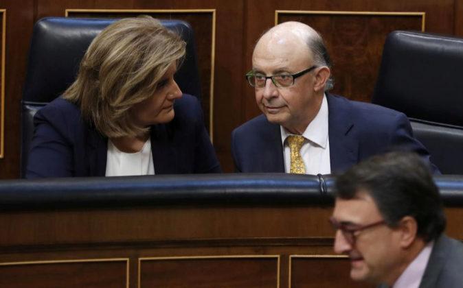 El ministro de Hacienda, Cristóbal Montoro, y la ministra de Empleo,...