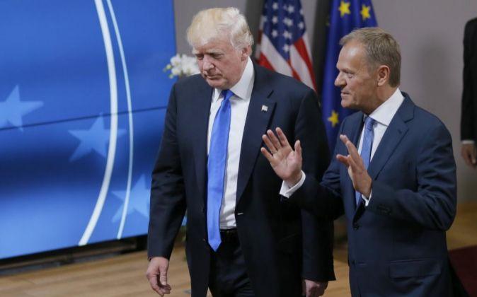 El presidente del Consejo Europeo, Donald Tusk (d), y el presidente de...