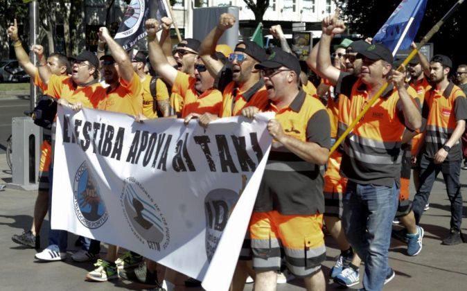 Un grupo de estibadores apoya a los miles de taxistas procedentes de...