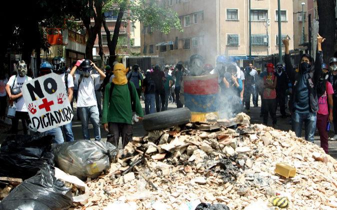 Imagen de archivo de manifestantes en las calles de Caracas.