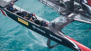 Peter Burling, a la rueda del AC50 del Team New Zealand este jueves,...