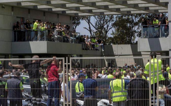 Los estibadores del Puerto de Valencia durante la asamblea informativa...