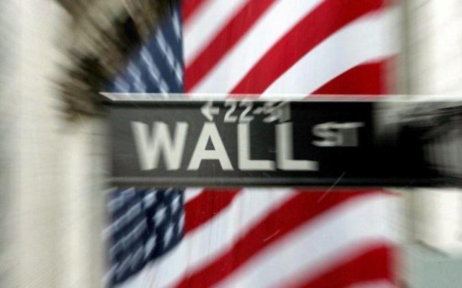 Imagen de la fachada de la bolsa de Nueva York con una bandera de los...