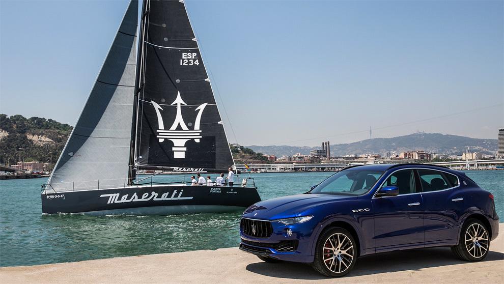 El nuevo DK46 Maserati pasa frente a un modelo Levante de la firma del...