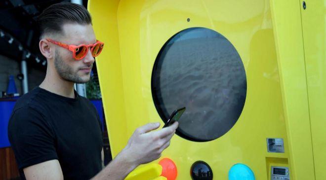 """Un turista compra unas gafas """"Spectacles"""" en una máquina..."""