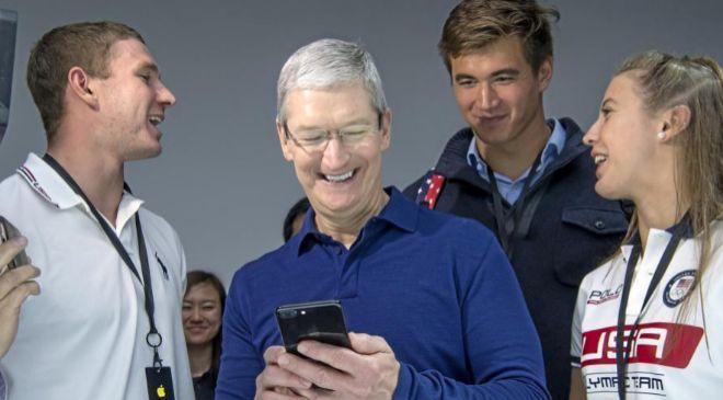 El CEO de Apple Tim Cook (c).
