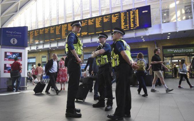 Agentes de la policía británica patrullan en la estación de King...