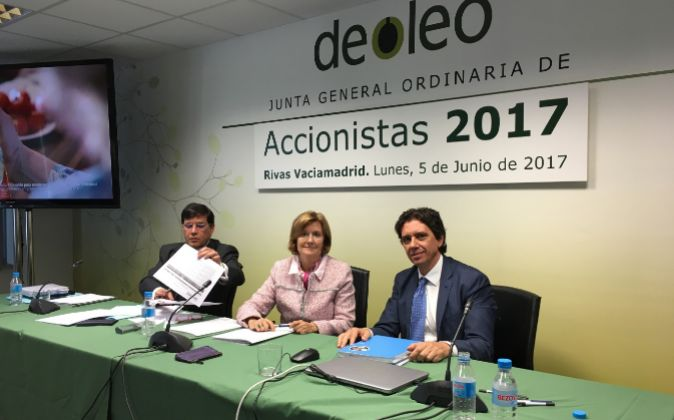 Rosalía Portela, expresidenta de Deoleo, junto a Pierluigi Tosato,...