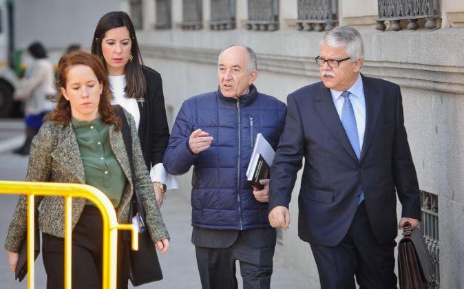Miguel Ángel Fernández Ordóñez (centro), ex gobernador del Banco...