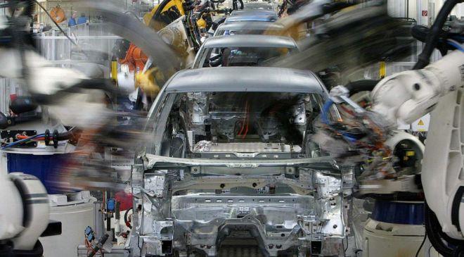 Robots trabajan en la fábrica de Volkswagen en la fábrica de...