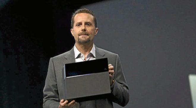 ANDREW HOUSE, CEO DE SONY COMPUTER ENTERTAINMENT, CON LA PLAYSTATION...