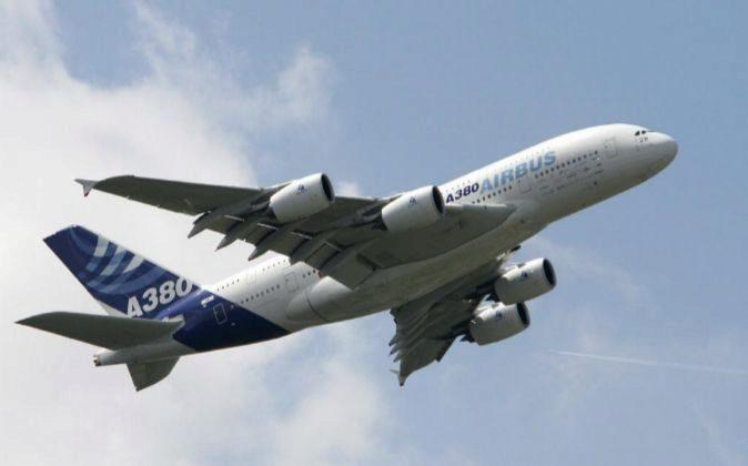 Un Airbus A 380 sobrevuela el aeropuerto de Le Bourget, cerca de...