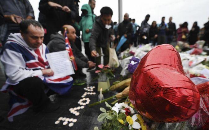 Vista  de las flores y las velas durante en una manifestación de ayer...